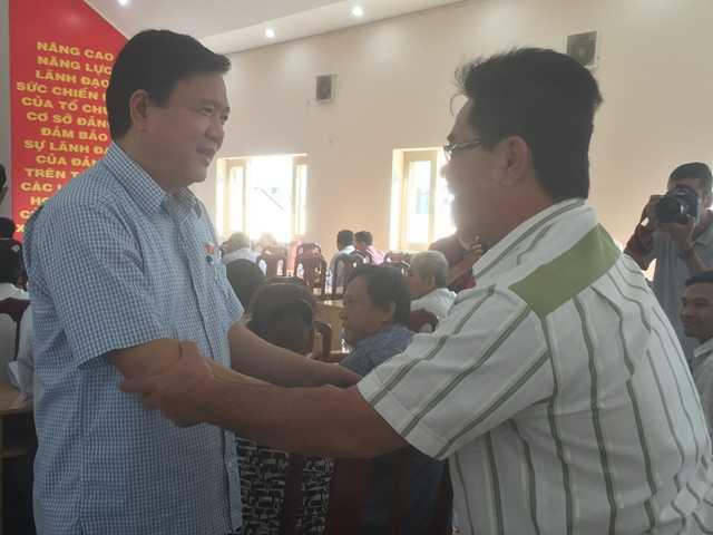 Bí thư Thành ủy TPHCM Đinh La Thăng trò chuyện với cử tri huyện Hóc Môn sáng 4/8. Ảnh: Quốc Ngọc