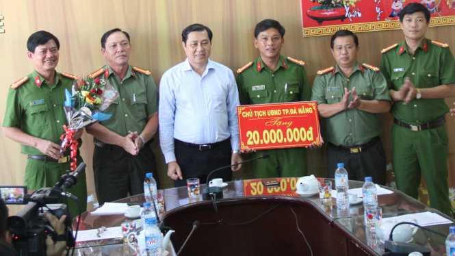 Chủ tịch UBND TP Đà Nẵng thưởng nóng lực lượng công an quận Thanh Khê - Ảnh: ĐOÀN CƯỜNG
