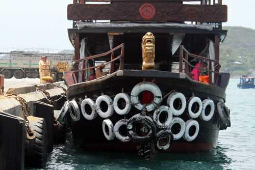 Lực lượng chức năng khám nghiệm tàu được cho gây tai nạn, làm rõ nguyên nhân. Ảnh: Xuân Ngọc