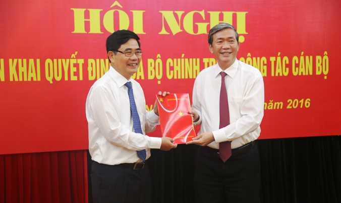 Đồng chí Đinh Thế Huynh, Thường trực Ban Bí thư trao quyết định cho tân Phó ban Kinh tế Trung ương Cao Đức Phát