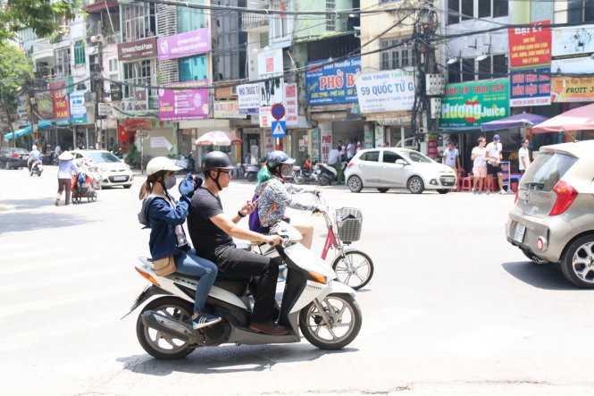 Vừa lái xe tham gia giao thông vừa chăm chú vào màn hình điện thoại để chơi dù đã có nhiều cảnh báo về nguy cơ tai nạn giao thông - Ảnh: Hoài Nam