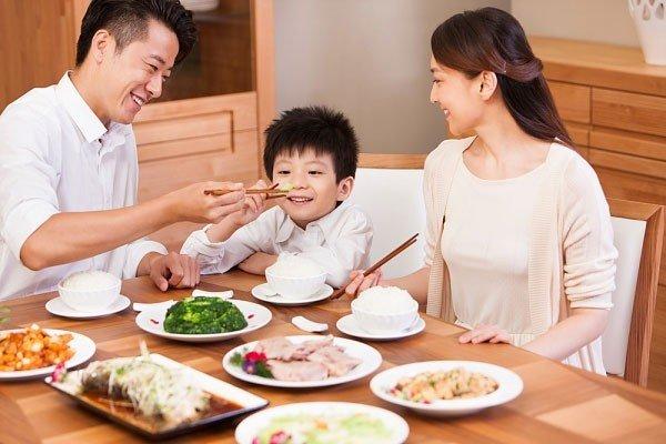 6 quy tắc ăn uống mẹ nhất định phải dạy bé nếu không muốn bị chê bất lịch sự