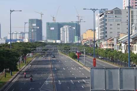Sài Gòn thênh thanh, bình lặng trong sáng đầu năm - ảnh 9