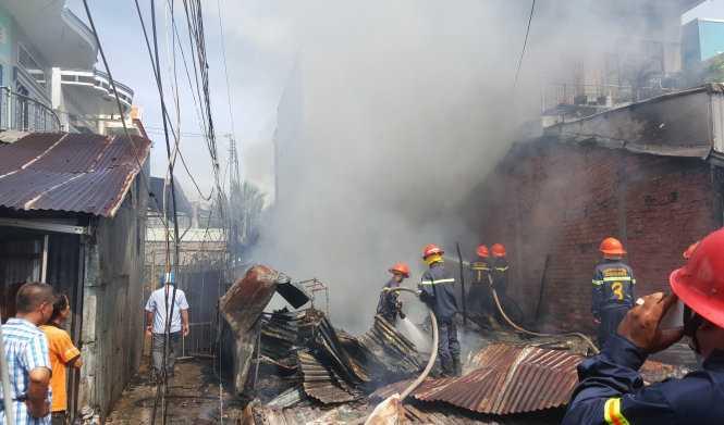 Sau hơn 1 giờ đồng hồ hoành hành, ngọn lửa mới được dập tắt, nhưng 2 căn nhà dân đã bị thiêu rụi hoàn toàn - Ảnh: K.Nam.