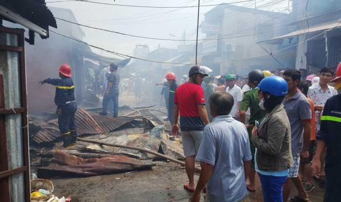 Hàng trăm người dân vây kín hiện trường vụ cháy. Ảnh: K.Nam.