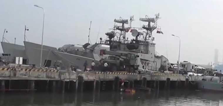 Ảnh hiếm quá trình nạp ngư lôi cho tàu săn ngầm Việt Nam