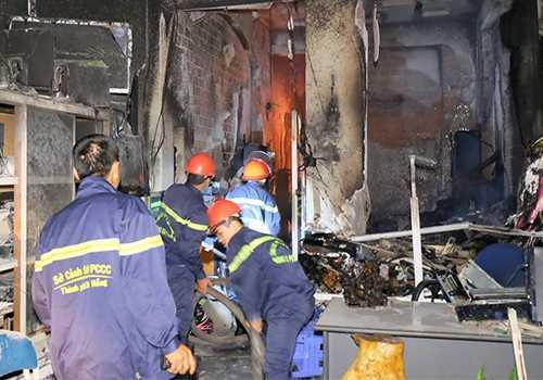 Lính cứu hỏa vất vả tiếp cận đám cháy.