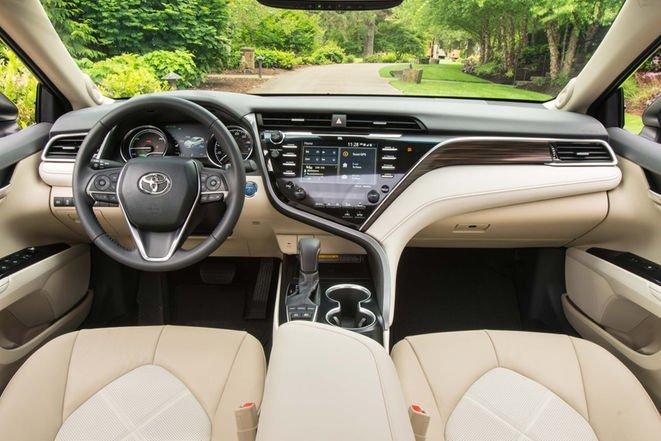 2018-toyota-camry-hybrid-xle-interior-3-1110518 7
