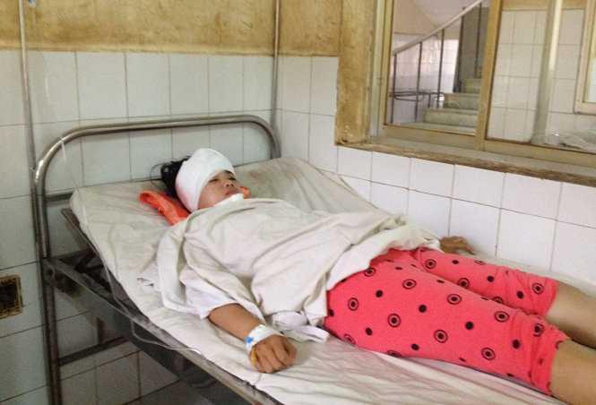 Nữ sinh Phương Dung đang được điều trị tại Bệnh viện Đa khoa Bình Phước - Ảnh: B.L