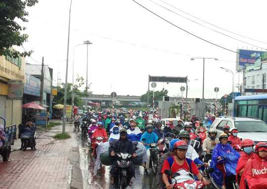 Lượng phương tiện liên tục dồn đến từ Quốc lộ 13, đường Phạm Văn Đồng đều bị ùn lại tại chân cầu Bình Triệu 2