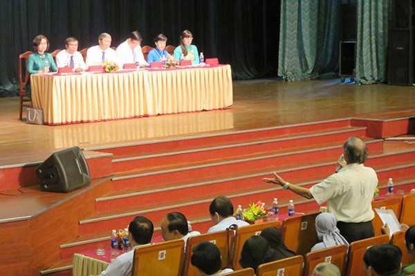Ông Đinh Thế Huynh và các đại biểu thuộc Đoàn ĐBQH TP Đà Nẵng tiếp xúc cử tri. Ảnh: infonet