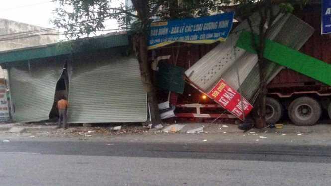 Hiện trường vụ tai nạn khi chiếc xe container tông vào ba nhà dân ven tỉnh lộ 39 - Ảnh: Thanh Huyền