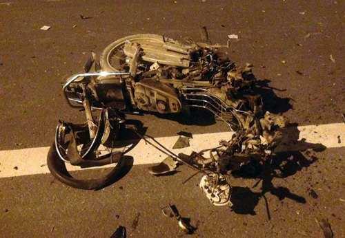 Chiếc xe máy bị nát vụn sau cú va chạm với ôtô. Ảnh: Sơn Dương