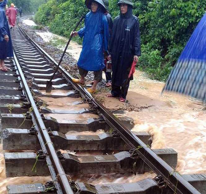 Nhiều đoạn đường sắt qua Quảng Bình bị nước lũ cuốn trôi nền đường - Ảnh: ĐSVN