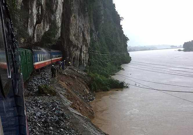 nhiều vị trí đường sắt đi ven sông Gianh (Quảng Bình) bị xói lở ảnh hưởng đến an toàn chạy tàu - Ảnh: ĐSVN