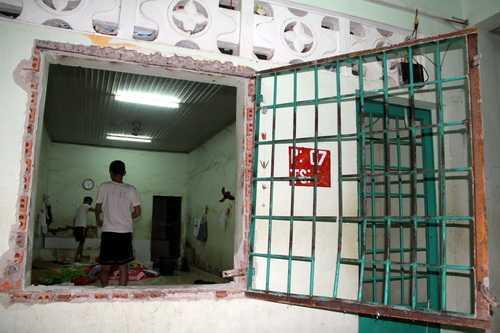 Cửa chính một phòng không mở được, nhờ sự giúp sức của những người ngoài, các học viên phòng này đãphá cửa sổ để nhảy ra.