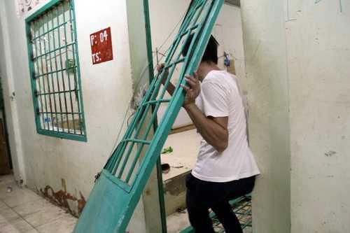 Mỗi phòng của trung tâmrộng khoảng 30 m2.Một cánh cửa kháckhông cần đập bể bức tường vẫn có thể thoát ra ngoài nhờ bẻ gãy 2 chốt bảnlề.