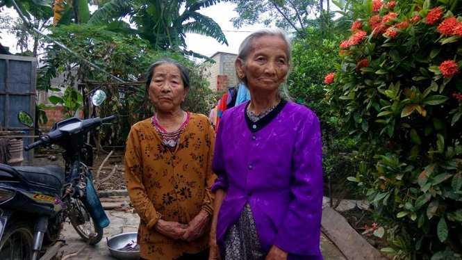 Hai cụ Phạm Thị Quyên và Nguyễn Thị Duyền, trú thôn Trung Thôn cùng được nhận 500 ngàn đồng của đoàn cứu trợ nhưng sau đó bị thôn thu lại 400 ngàn – ảnh: Đ.T