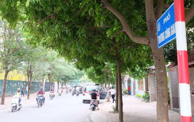 Sáng 28-10, quận Cầu Giấy đã gắn biển tên đường phố Trương Công Giai, Dương Khuê, Trần Quốc Vượng - Ảnh: XUÂN LONG