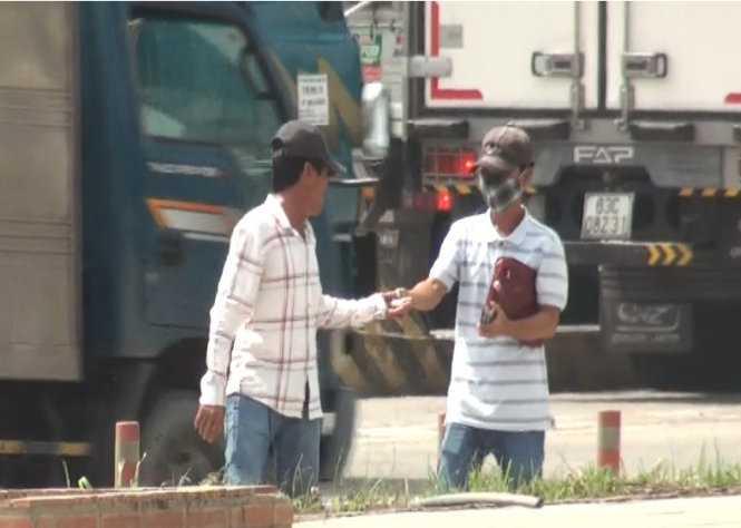 """Sau khi cùng đồng bọn chiếm đoạt tài sản trên xe khách Quang Hạnh sáng 9-11, Chánh """"già"""" và Sơn """"móm"""" xuống xe chia tiền ngay trạm thu phí cầu Đồng Nai"""