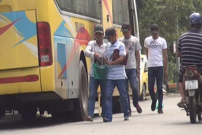 Sau khi chiếm đoạt tiền của hành khách, nhóm giang hồ xuống xe để tiếp tục hành trình lừa đảo mới