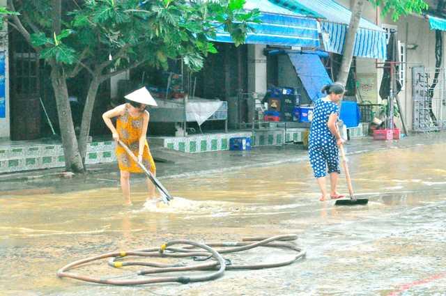 Hội An ngập sâu hơn 0,5 mét người dân vất vả dọn dẹp