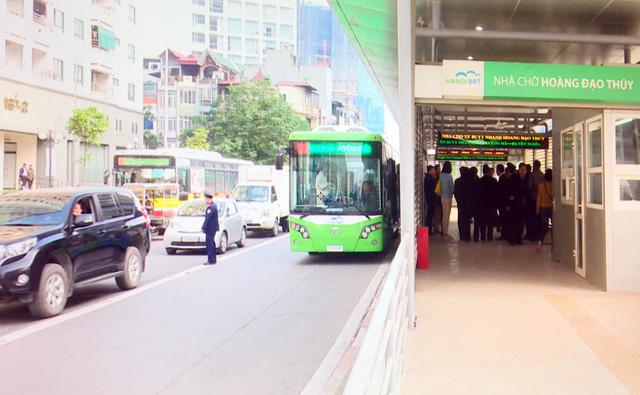 Xe buýt nhanh lần đầu lăn bánh dọc lộ trình từ bến Kim Mã đến Yên Nghĩa