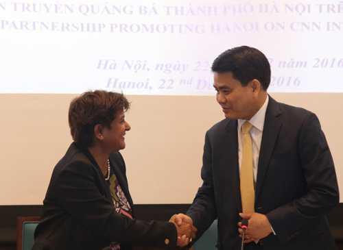 Chủ tịch UBND TP Hà Nội Nguyễn Đức Chung (phải) và bà Sunita Rajan, Phó Chủ tịch cấp cao khu vực châu Á - Thái Bình Dương của CNN tại lễ ký thỏa thuận hợp tác. Ảnh: Võ Hải