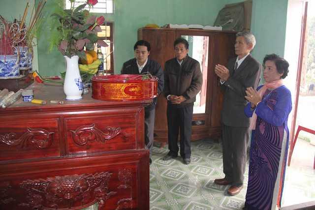 Chú rể và cô dâu dâng hương lên gia tiên