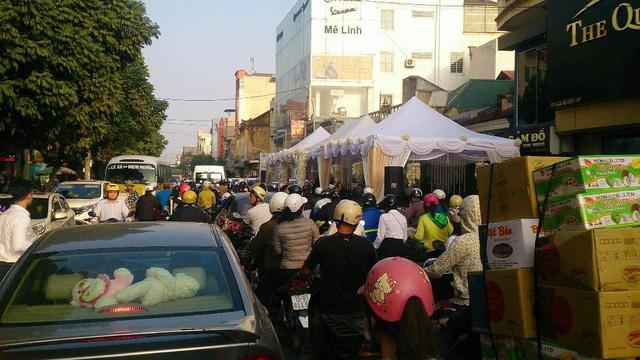 Rạp đám cưới choán một phần lớn mặt đường, ảnh hưởng rất lớn đến giao thông.