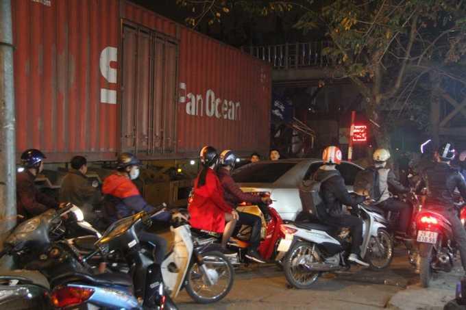 Sự việc xảy ra khiến giao thông gặp nhiều khó khăn.