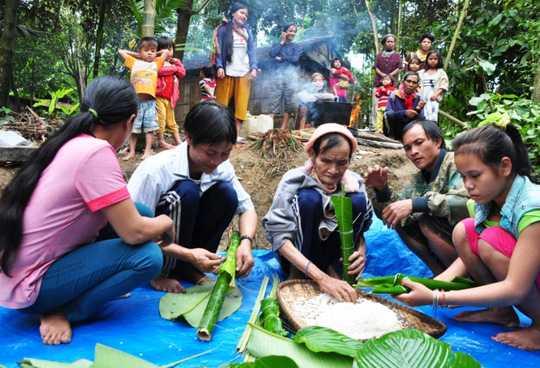 Cha con ông Hồ Văn Thanh và Hồ Văn Lang đang làm bánh tét chuẩn bị ăn Tết. Ảnh: Tử Trực