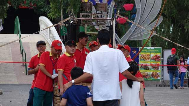 Hàng ngàn du khách đưa gia đình đến đây trải nghiệm bay cùng khinh khí cầu.