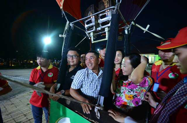 Ánh sáng từ khinh khí cầu làm khán giả rất thích thú.