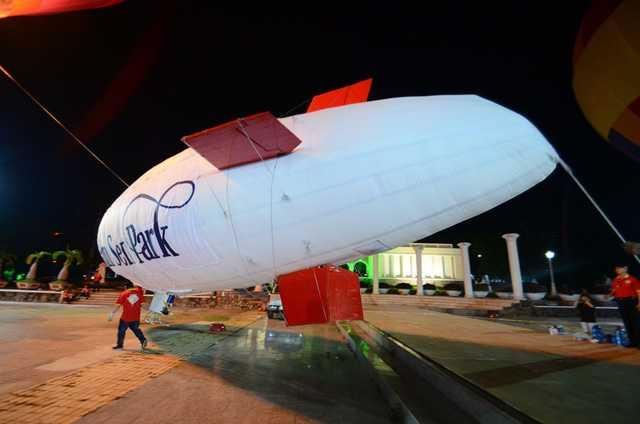 Khinh khí cầu Airship điều khiển từ xa bay quanh hồ Đầm Sen.