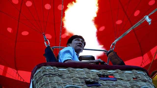 Những cú bơm lửa cho khinh khí cầu bay lên khá nóng nên nhiều du khách chưa thích nghi kịp.