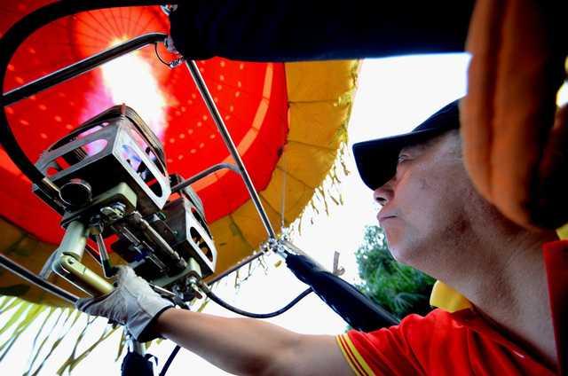 Sử dụng thiết bị tạo lửa bắn hơi nóng vào lòng khinh khí cầu đòi hỏi người sử dụng thành thạo và được đào tạo bài bản.