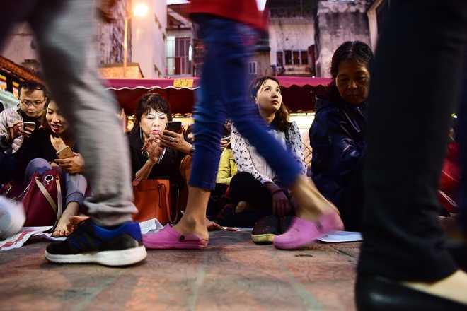 Người dân ngồi tràn cả ra đường dự lễ dâng sao <a href='http://m.vietgiaitri.com/tag/giai-han/' title='giải hạn'>giải hạn</a>