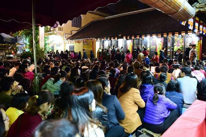 Người dân ngồi tràn cả ra đường dự <a href='http://m.vietgiaitri.com/tag/le-dang-sao-giai-han/' title='lễ dâng sao giải hạn'>lễ dâng sao giải hạn</a>