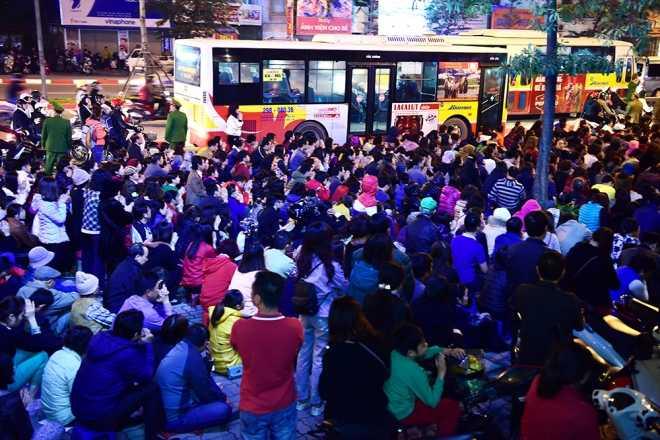 Người dân ngồi tràn cả ra đường dự lễ dâng sao giải hạn