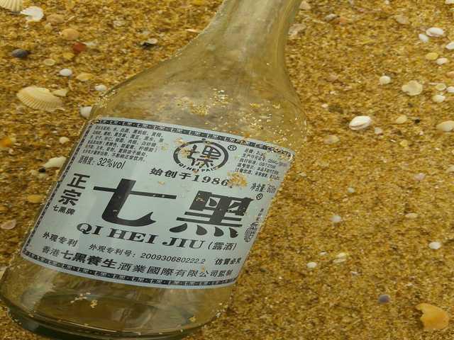 Xen lẫn trong đó có nhiều chai lọ tiếng Trung Quốc. (Ảnh: CTV)