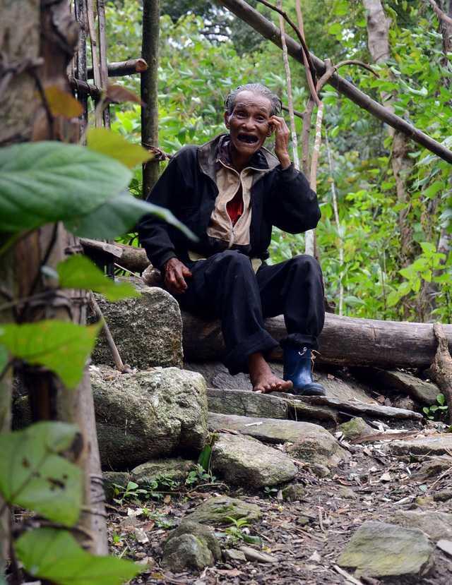 """Sống ở chốn """"rừng thiêng nước độc"""" suốt hai thập kỷ, chưa bao giờ người đàn ông này gặp vấn đề sức khỏe phải nhờ tới bệnh viện. Lâu lâu trái gió trở trời ông hái lá, nhổ rễ cây rừng nấu uống là khỏe lại. Hiện sức khỏe của ông Châu khá tốt dù đã gần 70 tuổi."""