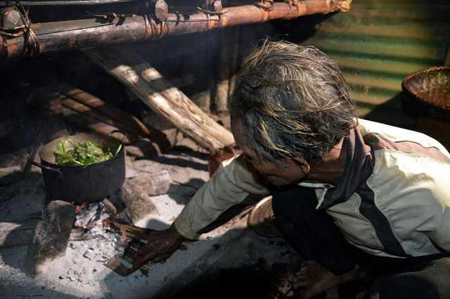 Thời gian hằng ngày ông dành cho việc ngoài rẫy lúa, vườn rau, bẫy thú và chuẩn bị các bữa ăn.