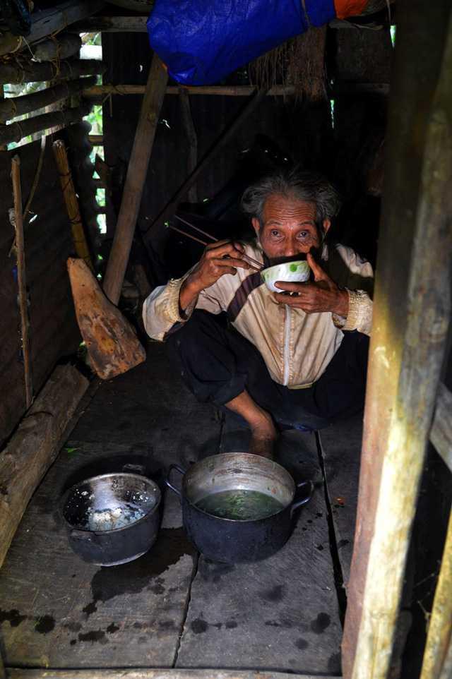 Bếp là trung tâm và cũng là nơi quan trọng nhất của căn chòi khi đây là nơi ông Châu nấu nướng, ăn cơm và đốt lửa sưởi ấm để ngủ về đêm