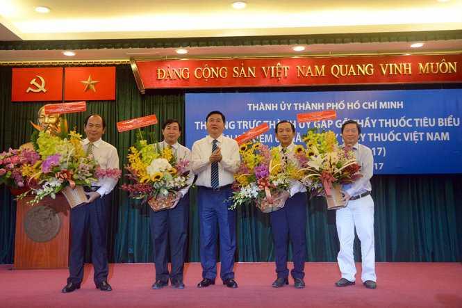 Bí thư Thành Uỷ TP.HCM Đinh La Thăng tặng hoa cho 4 cá nhân là thầy thuốc tiêu biểu - Ảnh: HỮU KHOA