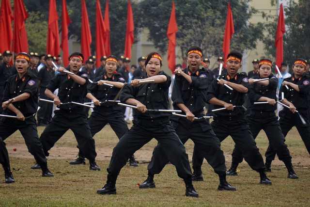 Những cô gái của Tiểu đoàn Cảnh sát Đặc nhiệm số 1 trong bài quyền với côn nhị khúc.