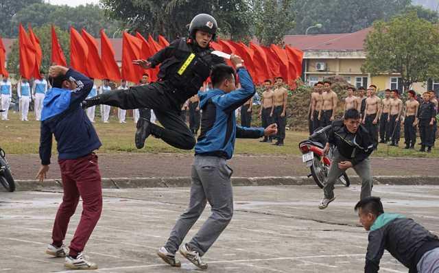 Trong phần rèn luyện kỹ năng chiến đấu với số đông có hung khí.