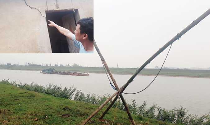 Chiếc nỏ người dân dùng để bắn đá tàu hút cát trái phép. Người dân thôn Thắng Lợi Hạ chỉ những vết nứt do đất bị sụt lún (ảnh nhỏ). Ảnh: Nguyễn Trường.