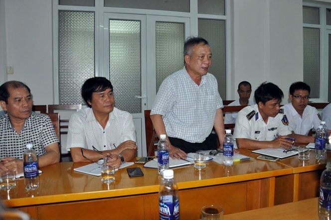 Ông Trương Ngọc Minh (đứng) phát biểu tại cuộc họp bàn phương án cứu nạn, cứu hộ tàu Hải Thành 26 vào ngày 28-3 - Ảnh: ĐÔNG HÀ