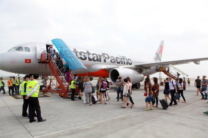 Bộ trưởng Bộ Giao thông vận tải: Hãng hàng không có thể giảm giá vé được thì tại sao không cho giảm? - Ảnh: hành khách lên máy bay của Jetstar Pacific - TUẤN PHÙNG